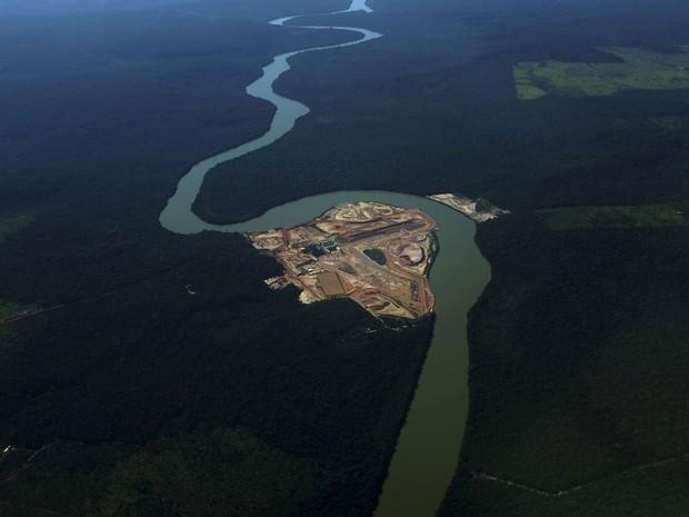 Vista aérea da construção de uma hidrelétrica no rio Teles Pires, perto de Alta Floresta (PA). Implantação de megaprojetos de infraestrutura e aprovação do novo Código de Mineração, ainda em discussão no Congresso, reduziria a proteção ambiental no país, segundo estudo da 'Science' (Foto: Nacho Doce/Reuters)