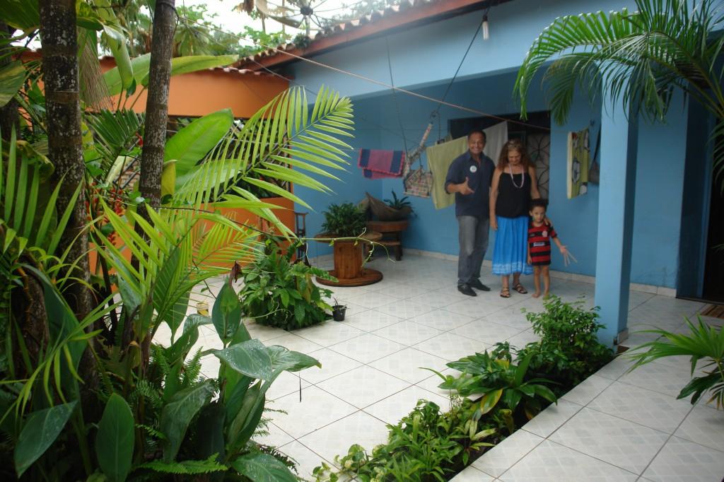 Antonia Melo com o irmão e o neto na área de sua casa.