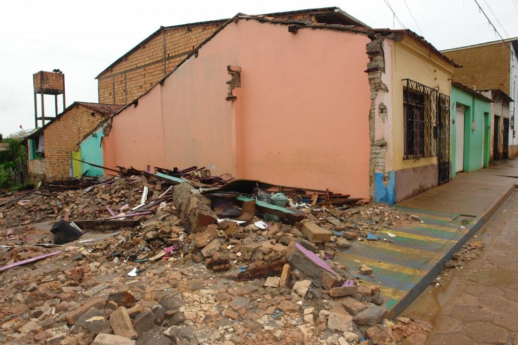 Casa demolida afeta moradias vizinhas.