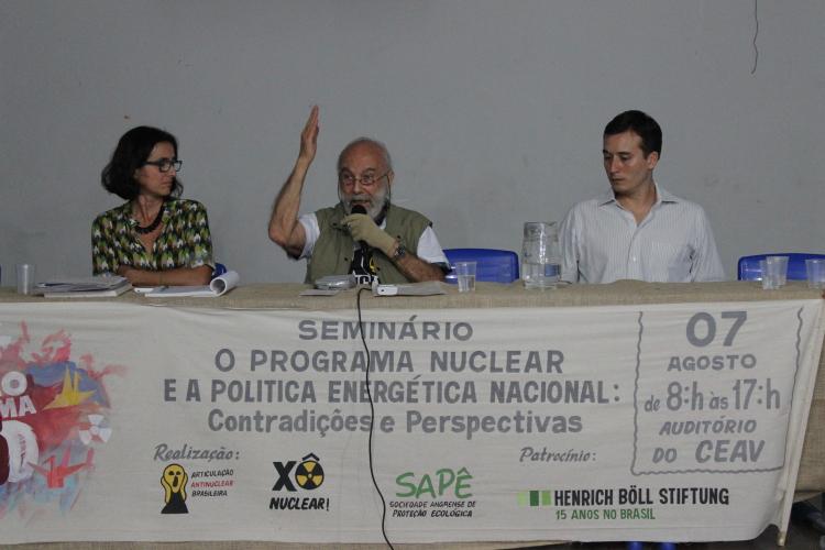 Sylvia Chada (Sapê), Chico Whitaker (Coalizão por um Brasil Livre de Usinas Nucleares) e Thiago Almeida (Greenpeace), na mesa sobre Angra 3.