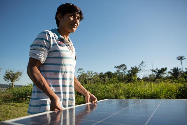 Munduruku e ativistas do Greenpeace instalam painéis solares nas aldeias Sawré Muybu e Dace Watpu, na região do Rio Tapajós (PA), para mostrar ao mundo que uma energia sem destruição do ambiente é possível. (© Otávio Almeida / Greenpeace)