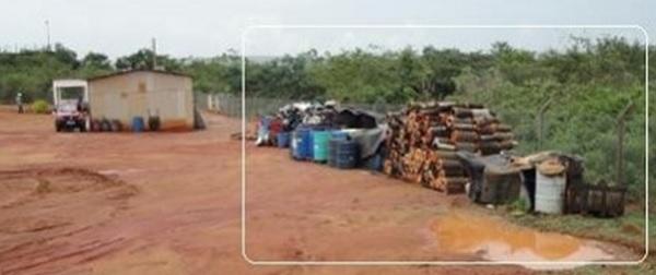 Detalhe da quantidade de tambores contendo resíduos, muitos Classe I (maior toxidade), dispostos de forma irregular.  Foto: IBAMA, 2012.